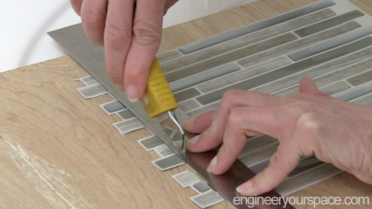 Smart-Tiles-cutting-the-tile